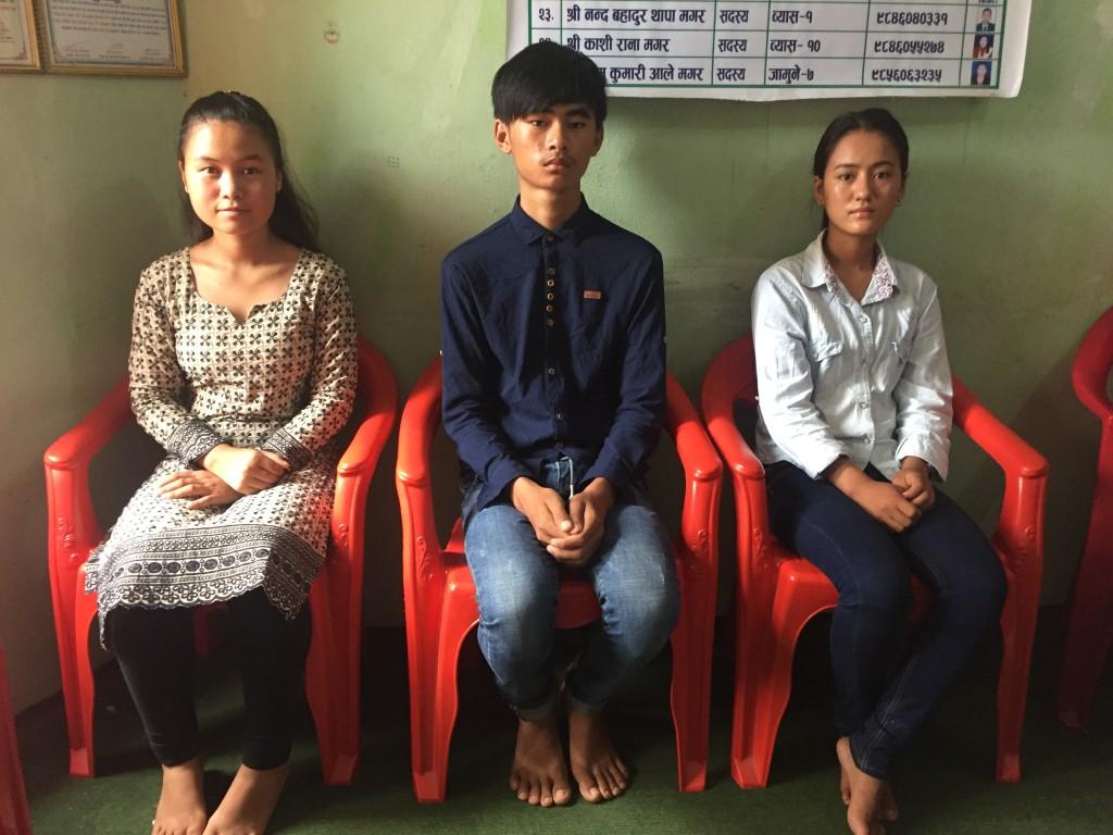 नेपाल मगर संघ तनहुँ जिल्ला कार्य समितीको समनन्वयमा शैक्षिकसत्र २०७४/२०७५ को लागि छनोट भएका छात्र र छात्राहरु | बाँयाबाट सुना थापा मगर बिचमा बिवेक थापा मगर दाँयाबाट अञ्जना थापा मगर